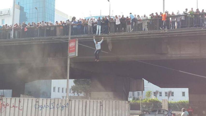 قام المتظاهرين أعلى كوبري أكتوبر، بإلقاء أنفسهم من أعلى الكوبري بعد قيام قوات الشرطة بإطلاق النار عليهم .. شاهد الصورة والفيديو: