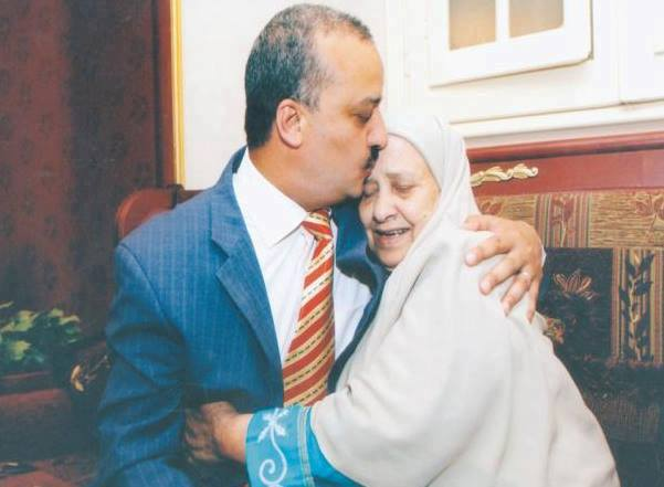 الدكتور محمد البلتاجي مع والدته