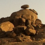 الشهوة الجنسية. شبه ب صخرة على سفح جبل