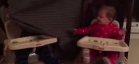 """بالفيديو. توأمان عمرهما 9 أشهر يحققان النجومية بلعب """"الغميضة"""""""